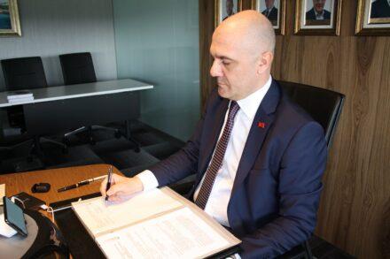 IMIB-Präsident Aydın Dinçer bei der Unterzeichnung des Protokolls.