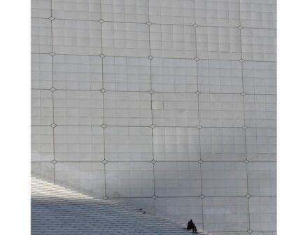 Damage and dirt on the marble facade of the Grande Arche.
