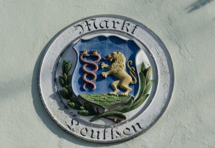Wappen der Stadt Marktleuthen an einem Haus am Marktplatz. Foto: Tilman2007 / Wikimedia Commons