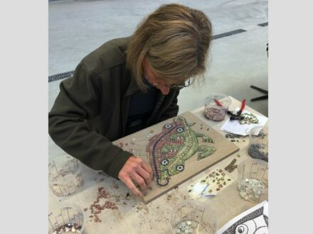 Eine Teilnehmerin während eines vorangegangenen Mosaik-Kurses.