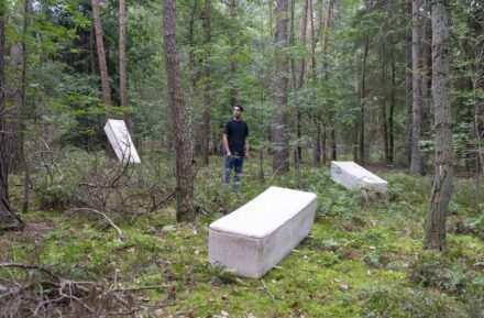 The company's photos are misleading. Because, of course, the living coffin is burried in the earth. Otherwise the mycelium could not grow. Photo with Bob Hendrikx.