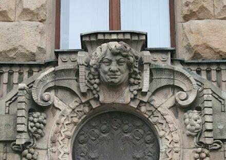 ... andere Berichte von historischen Gebäuden wären vielleicht voll guter Laune. Figuren an der Fassade des Rathauses in Berlin-Charlottenburg.