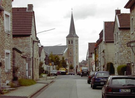 """Alt-Breinig ist ein Ortsteil von Stolberg-Breinig im Münsterländchen unweit von Aachen, bekannt für die Häuser mit Fassaden aus Aachener Blaustein und eines der Ziele beim Tag des Geotops 2020. Foto: BBKurt / <a href=""""https://commons.wikimedia.org/""""target=""""_blank"""">Wikimedia Commons</a>, <a href="""" https://en.wikipedia.org/wiki/Creative_Commons_license""""target=""""_blank"""">Creative Commons License</a>"""