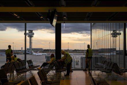 Probebetrieb mit Komparsen auch in der Nacht. Foto: Ekaterina Zershchikova / Flughafen Berlin Brandenburg GmbH