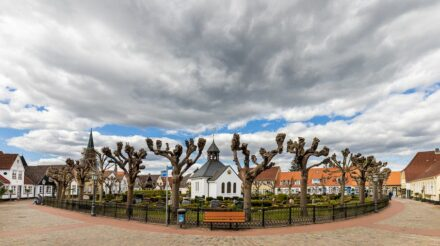 "Kapelle und Friedhof auf dem Holm in Schleswig. Foto: Matthis Süßen / <a href=""https://commons.wikimedia.org/""target=""_blank"">Wikimedia Commons</a>, <a href="" https://en.wikipedia.org/wiki/Creative_Commons_license""target=""_blank"">Creative Commons License</a>"
