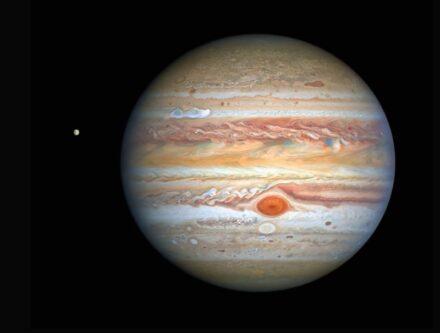 Jupiter mit Europa, aufgenommen vom Hubble-Weltraumteleskop.