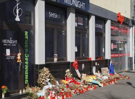 "Wreaths, flowers and candles in front of one of the scenes of crime in Hanau. Photo: Lumpeseggl / <a href=""https://commons.wikimedia.org/""target=""_blank"">Wikimedia Commons</a>, <a href="" https://en.wikipedia.org/wiki/Creative_Commons_license""target=""_blank"">Creative Commons License</a>"