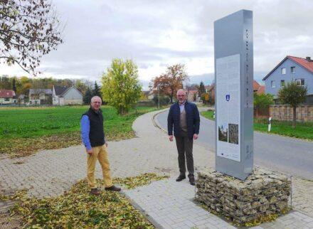 An der neuen Stele in Dedeleben: Geoparkleiter Dr. Klaus George (links) und Bürgermeister Thomas Krüger. Foto: Geopark