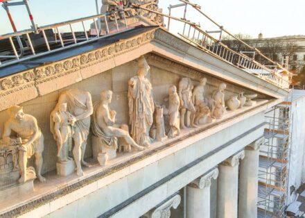 Die frisch sanierte Fassade am Eingang der Glyptothek.