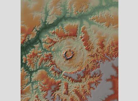 Physische Karte der Impaktstruktur Serra da Cangalha/Brasilien, erstellt aus dem digitalen Höhenmodell der TanDEM-X Mission. Abbildung: Gottwald, Kenkmann, Reimold: Terrestrial Impact Structures, The TanDEM-X Atlas, Verlag Dr. Friedrich Pfeil.