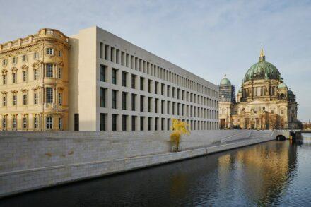 Die Seite zur Spree mit der modernen Fassade und dem Dom in Hintergrund. Foto: SHF / Christoph Musiol