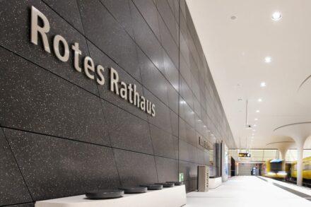 Der Bahnhof Rotes Rathaus mit Terrazzofliesen an den Wänden. Foto: BVG / Antonio Reetz-Graudenz