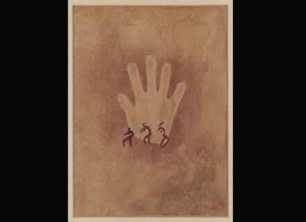 """Elisabeth Charlotte Pauli, """"Hand mit drei kleinen Figuren"""", abgezeichnet 1933 in Wadi Sura, ägyptische Sahara. Copyright: Frobenius-Institut"""