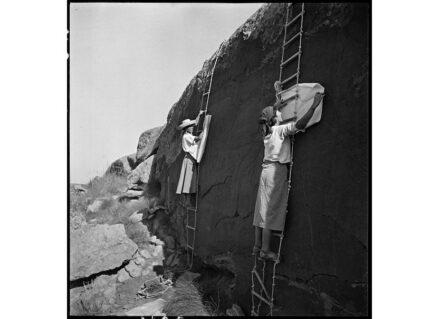 Die Malerinnen und Maler arbeiteten unter abenteuerlichen, oft strapaziösen Bedingungen. Hier Elisabeth Pauli und Katharina Mart, an Strickleitern baumelnd, beim Kopieren eines Felsbildes 1935 in Algerien. Copyright: Frobenius-Institut