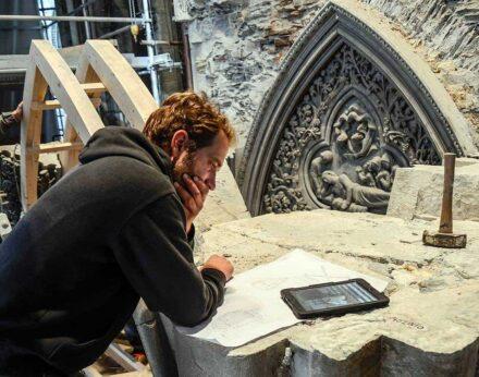 Stonemason working at the Trondheim Cathedral. Photo: Henning Groett, Cathédrale de Trondheim / Unesco