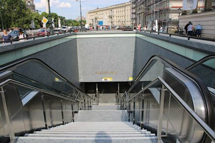 Zugang zum U-Bahnhof Museumsinsel, gegenüber vom Zeughaus. Foto: Peter Becker