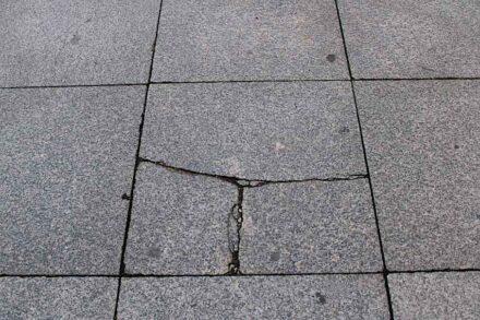 Gehwegplatte aus Granit.