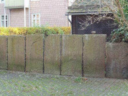 """""""Höxterzaun"""" nennt man in der Gegend um die Stadt gleichen Namens solche Grundstücksbegrenzungen aus dem roten Sollingsandstein. Foto: Psychogerd / <a href=""""https://commons.wikimedia.org/""""target=""""_blank"""">Wikimedia Commons</a>, <a href="""" https://en.wikipedia.org/wiki/Creative_Commons_license""""target=""""_blank"""">Creative Commons License</a>"""