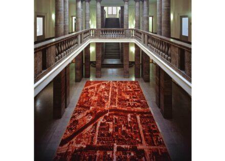 """Der Berliner Künstler Via Lewandowsky entwickelte für den Eingangsbereich des Verteidigungsministeriums das 5 x 10 m große Kunstwerk """"Roter Teppich"""". Foto: BBR / Volker Kreidler"""
