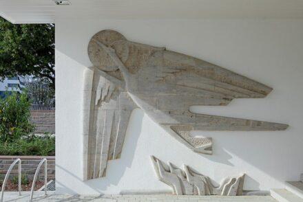 """1953 schuf Hannes Schulz-Tattenpach das Kunstwerk """"Aufsteigender Phönix"""", das den Eingangsbereich des Bundeshauses in Bonn ziert. Foto: BBR / Cordia Schlegelmilch"""