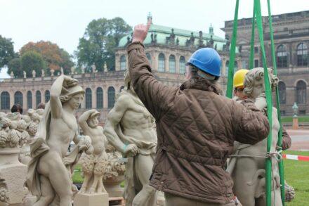 Aufsetzen von Attikafiguren im Dresdner Zwinger. Fotos: SIB