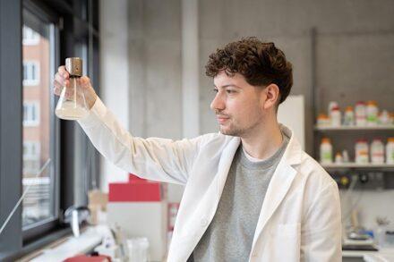 Doktorand Frédéric Lapierre konnte das Bakterienwachstum deutlich verbessern. Foto: Johanna Weber