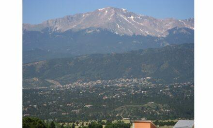 "Pikes Peak seen from Colorado Springs. Foto: Huttari / <a href=""https://commons.wikimedia.org/""target=""_blank"">Wikimedia Commons</a>, <a href="" https://en.wikipedia.org/wiki/Creative_Commons_license""target=""_blank"">Creative Commons License</a>"