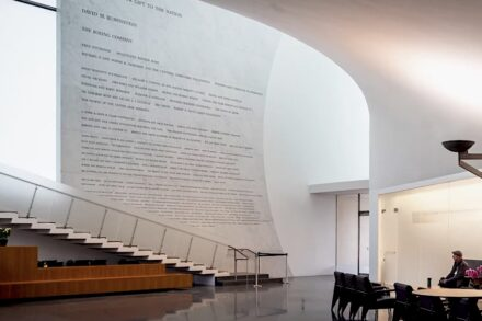 Schriften / Skulpturen: John F. Kennedy Center, The REACH Donor Wall, Washington, DC. Rugo Stone Lorton, VA.