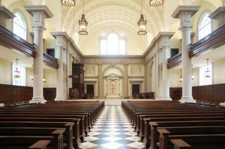 Innenräume gewerblich: Hillsdale College Christ Chapel, Hillsdale, MI. Booms Stone Company Redford, MI.