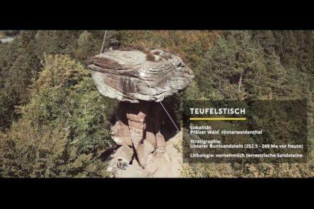 Screenshot aus der 1. Folge der Serie mit dem Teufelstisch im Dahner Felsenland in der Pfalz.