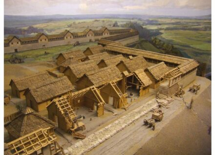 """Diorama im Heuneburg-Museum. Foto: LepoRello / <a href=""""https://commons.wikimedia.org/""""target=""""_blank"""">Wikimedia Commons</a>, <a href="""" https://en.wikipedia.org/wiki/Creative_Commons_license""""target=""""_blank"""">Creative Commons License</a>"""