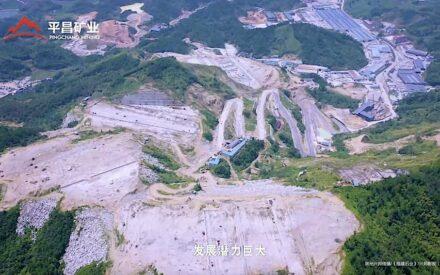 Manche Firmen in China sind riesig. Die Bilder sind Screenshots aus einem Video von Pingchang Mining, das zu den Best-Practice-Unternehmen zählt. Das Abbaugebiet im Vordergrund misst 3,76 km². Im Hintergrund die Verarbeitung.