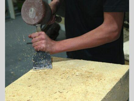 Steinmetze packen am Stein auch mal gern hart an.