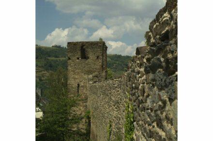 Teil der Stadtmauer von Oberwesel. Blick auf den Ochsenturm (vorne).