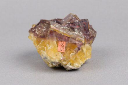 Fluorit mit Quarz, Fundort: Annaberg, Breite: 5,8 cm, aus Werners Sammlung. Foto: TU Bergakademie Freiberg / Susanne Baldauf