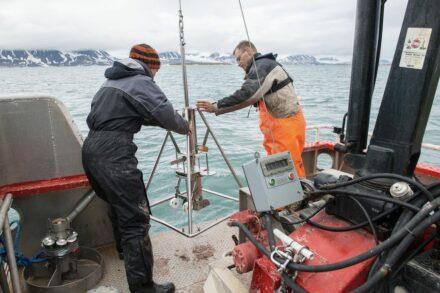 Erstautorin Katja Laufer-Meiser (links) nimmt zusammen mit Hans Røy vom Center for Geomicrobiology Aarhus, Dänemark in einem Fjord in Spitzbergen Sedimentproben für die jetzt erschienene Studie. Foto: Bo Barker Jørgensen