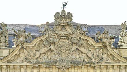 Fürstbischöfliches Wappen mit Kaiserkrone über dem Haupteingang der Residenz Würzburg.