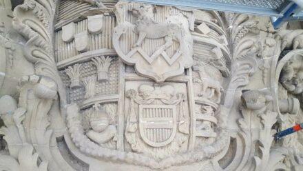 Wappen, Zustand vor Restaurierung.