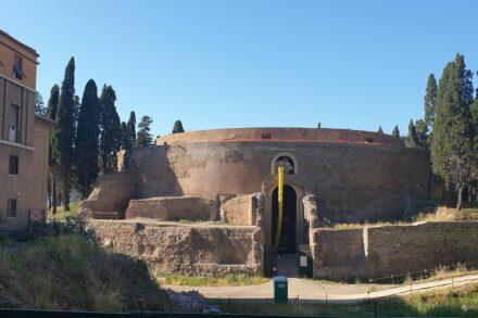 """Das Mausoleum während der Renovierungsarbeiten 2019. Foto: Mubler Jamie / <a href=""""https://commons.wikimedia.org/""""target=""""_blank"""">Wikimedia Commons</a>, <a href="""" https://en.wikipedia.org/wiki/Creative_Commons_license""""target=""""_blank"""">Creative Commons License</a>"""
