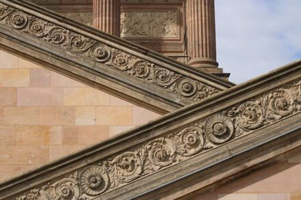 Ornamente am Zugang zur Alten Nationalgalerie auf der Museumsinsel in Berlin-Mitte.