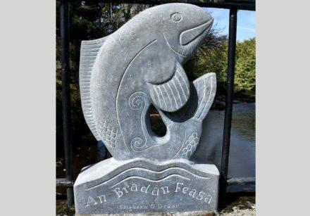 "Séighean Ó Draoi: ""An Bradán Feasa / The Salmon of Knowledge"" (Der Lachs des Wissens), Kalkstein."