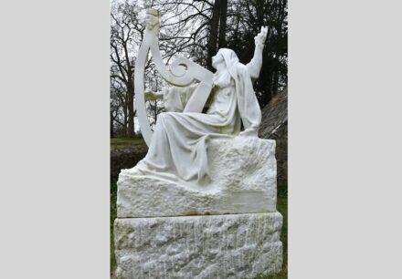 """AJ Victor Segoffin: """"Mother Ireland"""". Weiße Marmorfigur der Mutter Irland, die um ihre im Kampf getöteten Söhne trauert."""