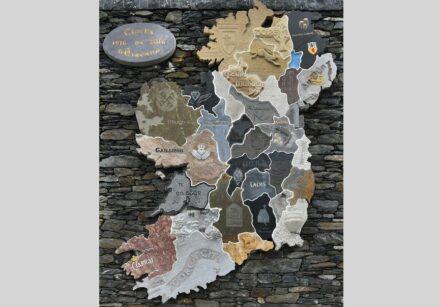 """""""Clocha na hÉireann / Die Steine von Irland"""". Jede Grafschaft wird durch einen Stein repräsentiert. Ein Bildhauer aus dem jeweiligen County fertigte die Umrisse."""