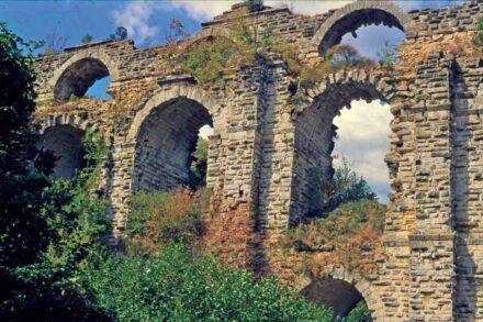 Die zweistöckige Kurşunlugerme-Brücke des Aquädukts von Konstantinopel. Über sie führten zwei Wasserkanäle – einer über dem anderen. Foto: Jim Crow