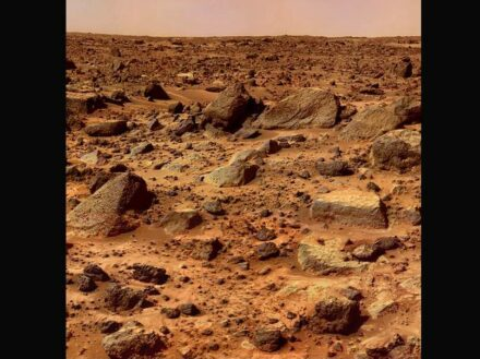 """Typical rocks on the surface of Mars. Photo by Nasa's Pathfinder mission 1997. Source: Nasa, JPL / <a href=""""https://commons.wikimedia.org/""""target=""""_blank"""">Wikimedia Commons</a>, <a href="""" https://en.wikipedia.org/wiki/Creative_Commons_license""""target=""""_blank"""">Creative Commons License</a>"""