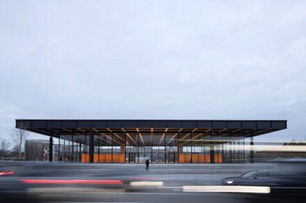 Frontalansicht der Neuen Nationalgalerie nach der Sanierung. Foto: Thomas Bruns / BBR