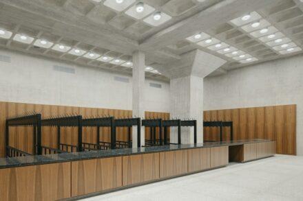 Betonpfeiler (hinten) in der neuen Garderobe im Untergeschoss, auf dem obendrüber eine der Säulen für das Dach ruht. Foto: Simon Menges / Büro David Chipperfield