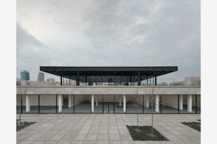 Blick vom Skulpturengarten auf das Gebäude davor. Foto: Simon Menges / Büro David Chipperfield