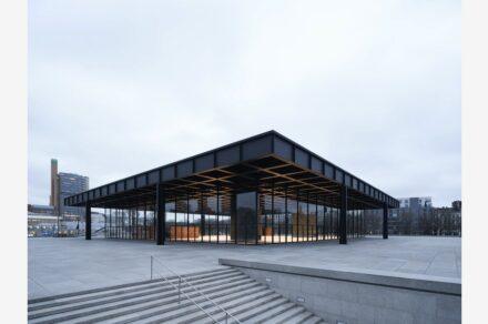Striegauer Granit auf der Terrasse und am Sockel rund um die Ausstellungshalle. Foto: Thomas Bruns / BBR