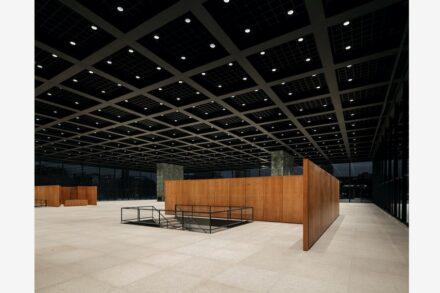 Die obere Ausstellungshalle mit Epprechtsteiner Granit auf dem Boden. Die Treppen führen zu den Ausstellungsräumen im Untergeschoss. Foto: Simon Menges / Büro Chipperfield